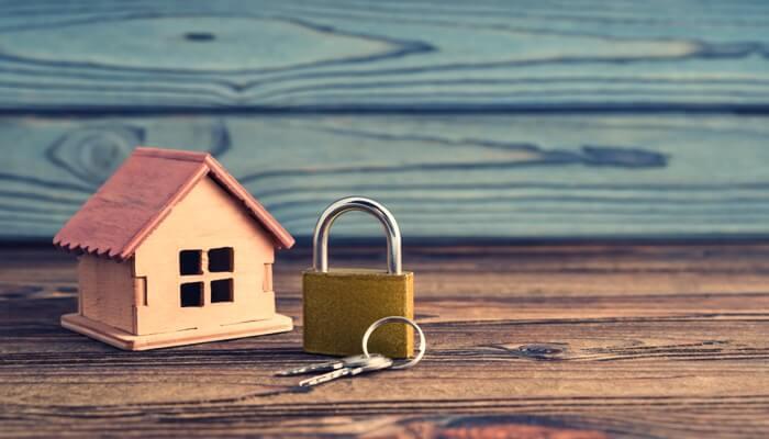 家の模型と南京錠